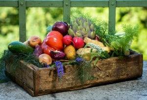 Holzkiste mit verschiedenen Gemüsesorten